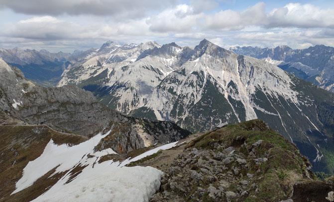 Blick vom Karwendelgebirge über die Alpen