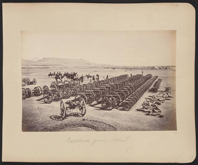 عکس: مارشال رابرتس و منسوبین قرارگاهش سوار بر اسپ، توپهای غنیمت گرفته شده از قوای افغان را در شیرپور از نزدیک میبینند. (دسمبر ۱۸۷۹)