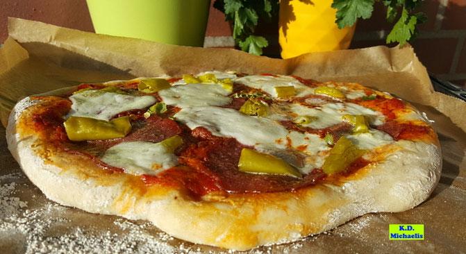 Rezeptvorschau: Selbstgemachte Dinkel-Pizza aus saftigem Quark-Öl-Teig (ohne Hefe) nach einem Kochrezept aus Dinkel-Dreams 2 von K.D. Michaelis