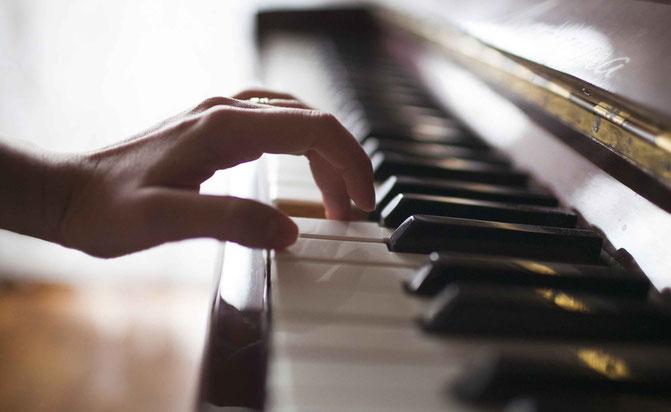 レッスンでは、音の響きや音色はもちろん、休符の間合いや弾き終えたあとの余韻までこだわって指導します