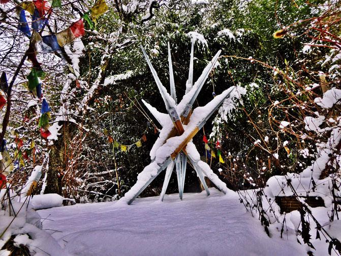 Pedro Meier – Skulptur im Schnee – Tibetische Gebetsfahnen – Skulpturengarten Niederbipp – Maler und Bildhauer – Plastik – Foto © Pedro Meier Multimedia Artist / SIKART Zürich Visual Art – Gerhard Meier Weg Niederbipp alias Amrain Bern– bei Solothurn BE