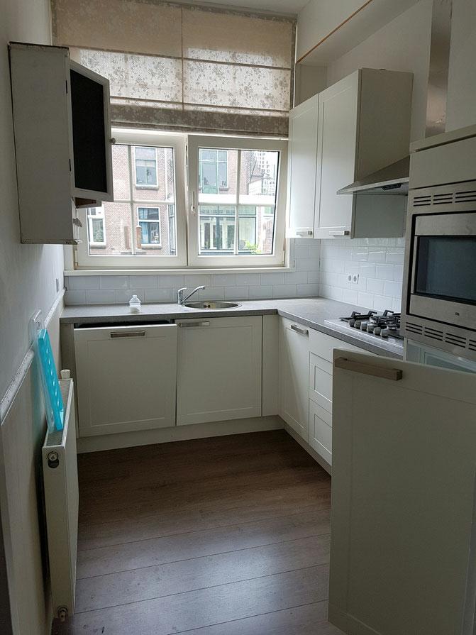 De nieuwe keuken met het nieuwe raam