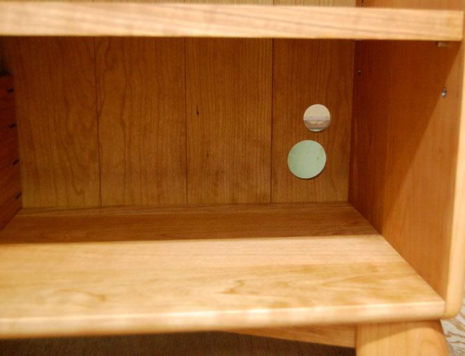 カップボードの棚板を再利用して作ったオープンシェルフ(厚木市・I様邸)ひょうたん印の配線孔