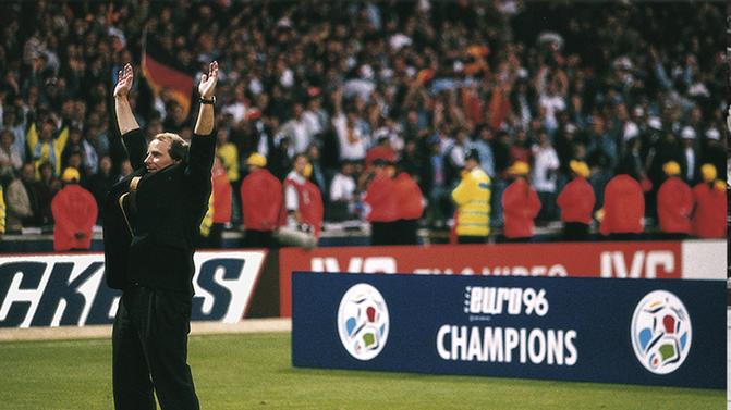 Si Beckenbauer remporta le titre mondial en tant que joueur et sélectionneur, Vogts en fit de même avec le titre continental.