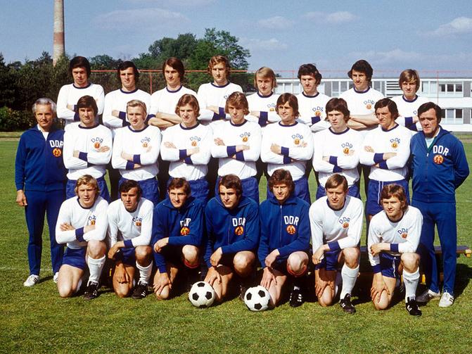 Georg Buschner pose ici avec la sélection est-allemande qui joua la Coupe du Monde FIFA 1974. C'est sous sa direction que cette équipe nationale développa son âge d'or.