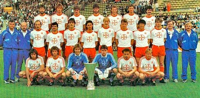 Erich Ribbeck remporte la Coupe de l'UEFA en 1988 avec le Bayer Leverkusen.