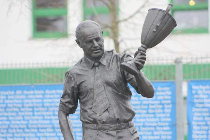 Heinz Krügel a sa statue à Magedourg. Il est immortalisé avec le trophée européen obtenu en 1974.