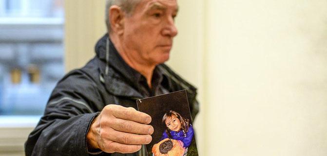 Martin Sch. aus H. zeigt ein Bild seiner Tochter, die in den Fall involviert wurde. Foto: Quelle/DPA