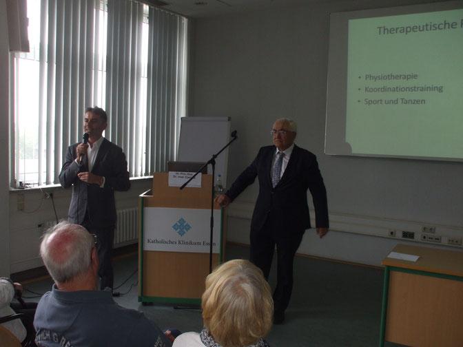links Priv.-Doz. Dr. med. Kastrup, rechts. Priv.-Doz. Dr. med. Gerhard, bei der Beantwortung von Fragen aus dem Auditorium