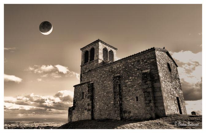 cette chapelle du XI siècle est dédiée au patron des vignerons. Elle fut saccagée en 1361 par les Tards Venus qui y massacrèrent la population. Elle offre un des plus beaux panorama de la région Lyonnaise