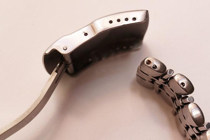 ピンが入っている部分が茶色く変色して途中で折れている。叩いても抜けないためレーザー溶接で対応する