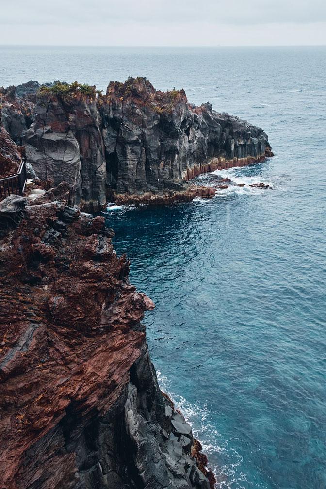 激しい雨が降る城ヶ崎海岸の1枚。雨に濡れた岩肌も素敵でしょう?
