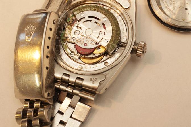 今回ご紹介している修理例とは別の腕時計、普段は見えない時計内部が錆ついた例
