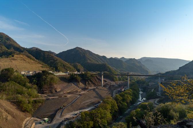 草津温泉へ行く途中にある八ッ場ダムの建設現場。橋の高さとスケールに圧倒させられます。