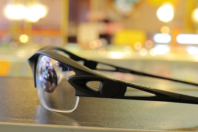 顔のヨコまですっぽり覆うデザインのサングラス。特にスポーツ向けは湾曲が大きい。写真のはスポーツ好きやロードバイク好きな方々に人気のQUAD(クワッド)日本製サングラス