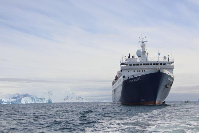 Das Expeditionsschiff Ocean Atlantic in der Antarktis, vor einen Riesigen Eisfeld