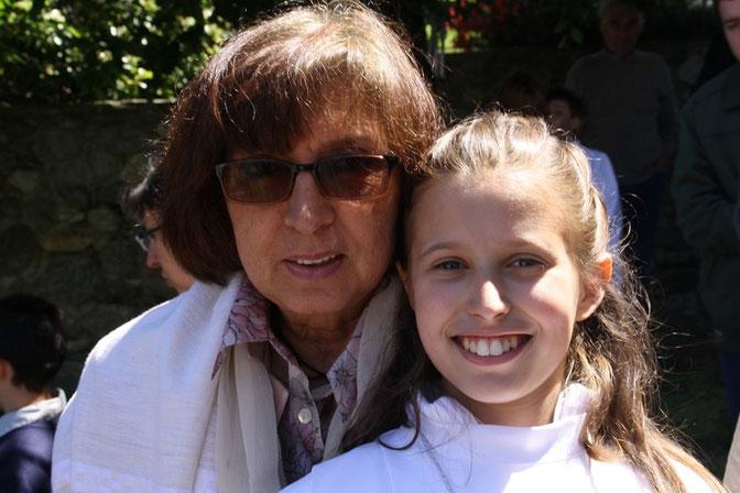 Giulia con la nonna Renata - Julia con su abuela Renata - Giulia with her grandmother Renata.