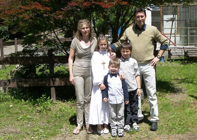 Da sinistra: mia nuora Paola, i miei nipoti Giulia Oscar e Filippo, mio figlio Davide - De izquierda a derecha: mi nuera Paola, mis nietos Julia Oscar y Felipe, mi hijo David - From left: my daughter