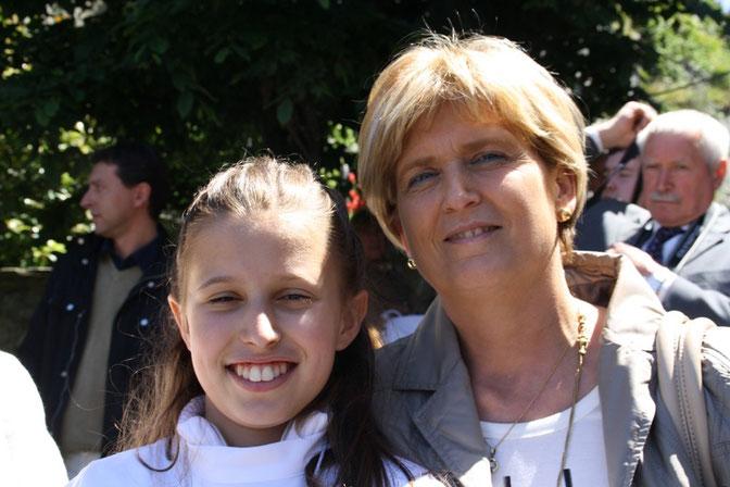 Giulia con la nonna Clara - Julia con su abuela Clara - Giulia with her grandmother Clara.