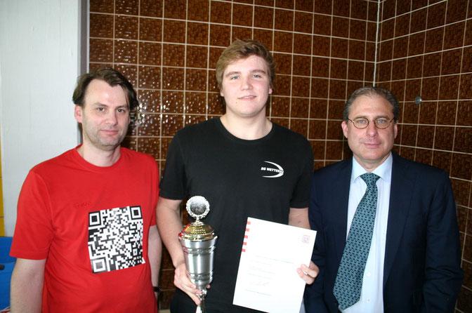 Robin Siegel von der SG Wetterau sorgte über 50 m Brust für das herausragende Einzelresultat des BaHaMa-Cups. Das bescherte ihm eine Spielkonsole sowie den Pokal, die BaHaMa-Chef Joachim Kolbe (rechts) und Abteilungsleiter Volker Neiß überreichten.