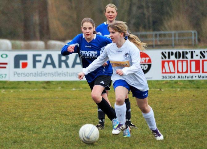 Fügte sich nach beruflich bedingter Pause wieder nahtlos in den  FSG-Sturm ein: Romina Rothmeier (am Ball)