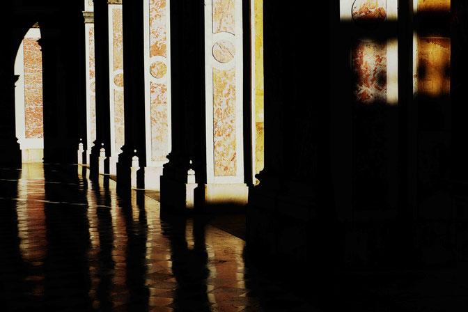 Mathieu Guillochon, photographe, Versailles, château de Versailles, art, architecture, jardins, sculptures, reflets, couleurs, lumières, reportage, marbre, cour intérieure, ancien régime, Louis XIV, Grand Trianon