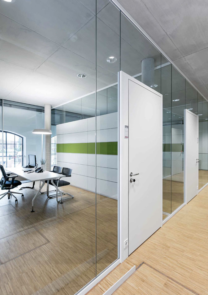 Nurglas Trennwand aus Glas im Büro - Sichtbare Perfektion - Foto: feco-feederle GmbH, Fotograf Nikolay Kazakov