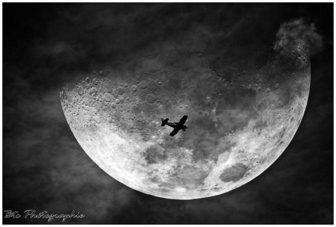 Un avion de tourisme qui passe devant la lune. Brignais