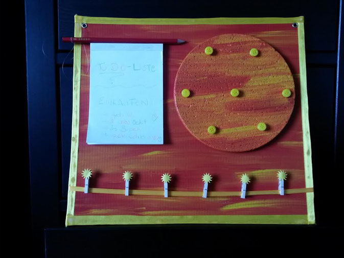 Selbstgemachte Pinnwand aus einem Korkuntersetzer mit Zettel und Schreiber