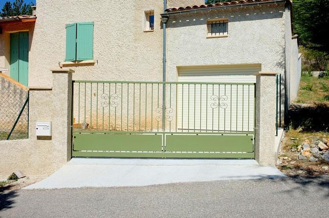 Portail en fer ouverture coulissante avec tôles et barreaux Portail en fer coulissant barreaux droit Portail en fer coulissant barreaudage droit