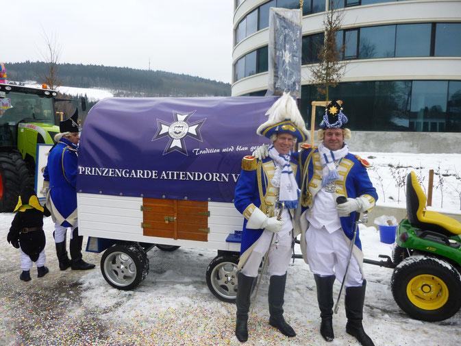 """Sebastian Schneider und Rene Beckmann vor der """"Pearl"""""""