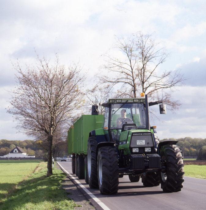Deutz-Fahr AgroStar 6.61 Traktor mit Anhänger