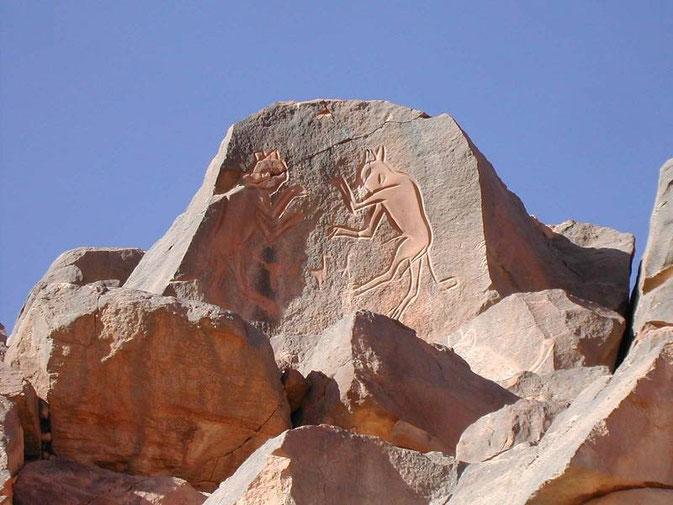 """Messak Settaffet – Wadi Mathandush: Strani esseri denominati """"gatti mammoni"""" ancora oggi di difficile interpretazione."""