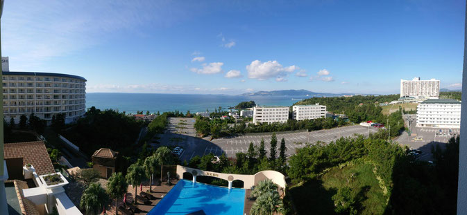 かりゆしビーチやマリオットホテルが見えるバルコニー