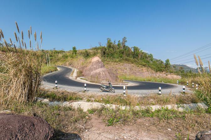 schöne Landschaften auf dem Thakhek-Loop mit dem Scooter