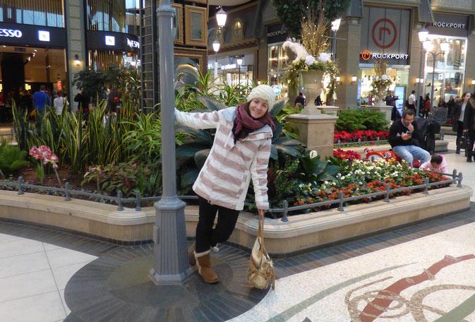 Flâneries un jour de pluie à Carrefour Laval, un immense centre commercial.