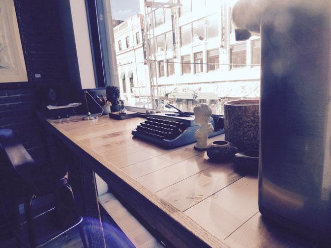 La multitude d'objets rétro contribue à apporter du cachet à l'Anti-Café.