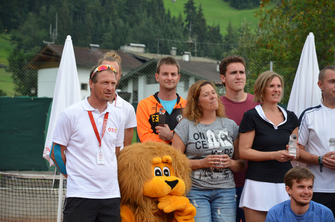 In der Mitte mit oranger TC Kundl-Jacke: Sieger Richard Steinbacher