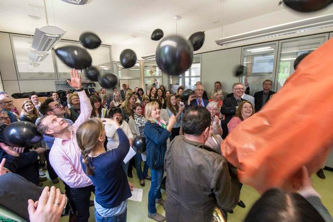 Weg mit den schwarzen Ballons. Sie stehen für schlechte Stimmung und wurden nach ein bisschen Spaß zertreten (Foto: Karl-Günter Balzer)