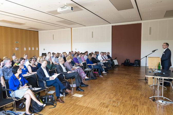 OKR Dr. Konrad Merzyn begrüßt die Delegierten (Fotos: Karl-Günter Balzer)