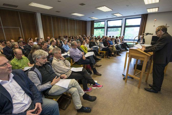 Prof. Dr. Eberhardt Hauschild spricht vor Pfarrerinnen und Pfarrern aus dem Sprengel Waldeck und Marburg (Foto: Karl-Günter Balzer)