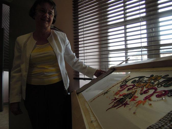 Maryvonne Francois-Remy mit einer ihrer Stickereien