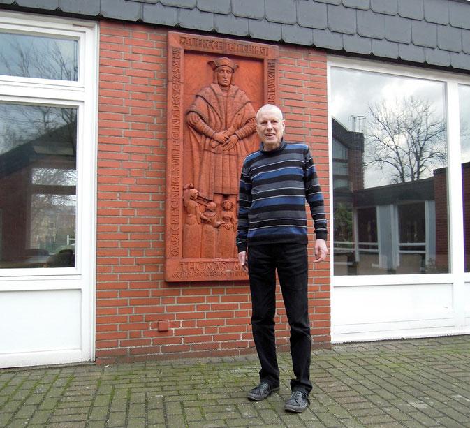 St. Thomas Morus: Peter Knorn vor dem Namenspatron der Hamburger Kirche