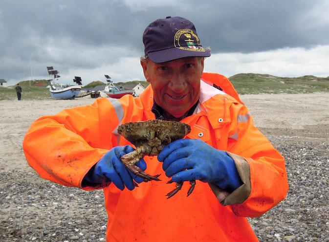 Plattfische und Krabben –stolz zeigt Fischer Anders seinen Fang. Foto: C. Schumann, 2016