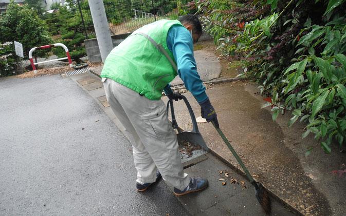 駐車場掃除風景