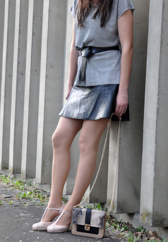 Party-Outfit mit Metallic-Top und Lederrock