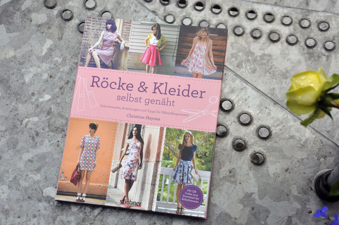 Etuikleid Röcke und Kleider selbst genäht Buchrezension Fairy Tale Gone Realistic Modeblog Deutschland Alloverprint Nähen DIY Fashionblog Blog