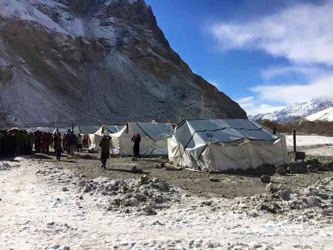 Première image de Gudara après le séisme : les tentes de l'aide humanitaire. La température extérieure est de -8°C. Nous espérons rapidement d'autres images.