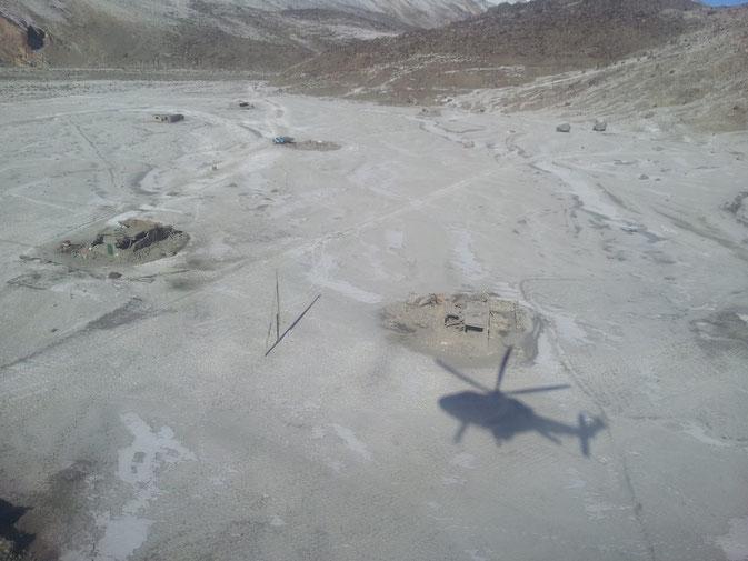Vue aérienne de quelques maisons détruites de Ghudara. Le village compte un peu plus de 50 foyers largement dispersés dans une plaine.
