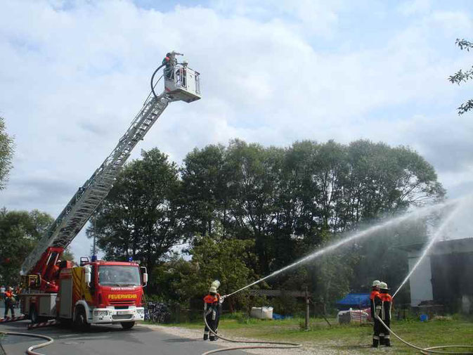Bild: Schauübung Feuerwehr Pölling und Neumarkt mit Drehleiter
